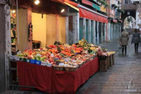 What to do in Venice - visit Rialto market